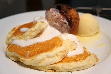 大阪スイーツレポーターちひろの辛口スイーツランキング-宝塚 ヴォイラカフェ 焼きりんごパンケーキ