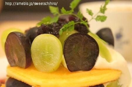 大阪スイーツレポーターちひろの辛口スイーツランキング-マスカットとピオーネのフルーツパンケーキ