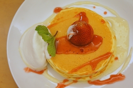 $大阪スイーツレポーターちひろのおいしいスイーツランキング-キーフェルの美味しいいちごのパンケーキ