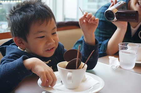 外国人を大阪スイーツツアーに案内 ショコラティエ パレドオール