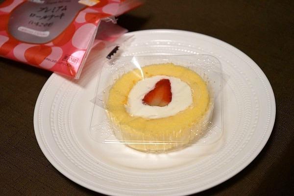 ローソン プレミアムロールケーキ いちごのせ